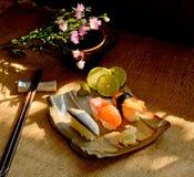 Traditionelles japanisches Lebensmittel machen mit rohen Fischen Stockfotografie