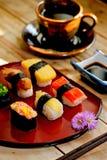 Traditionelles japanisches Lebensmittel machen mit rohen Fischen Stockfoto