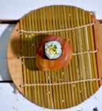 Traditionelles japanisches Lebensmittel machen mit rohen Fischen Lizenzfreie Stockfotos