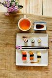 Traditionelles japanisches Lebensmittel machen mit rohen Fischen Lizenzfreies Stockfoto