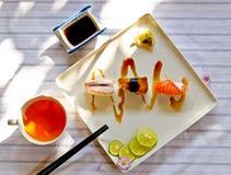 Traditionelles japanisches Lebensmittel machen mit rohen Fischen Stockbilder