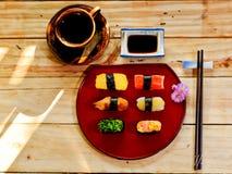 Traditionelles japanisches Lebensmittel machen mit rohen Fischen Lizenzfreie Stockbilder