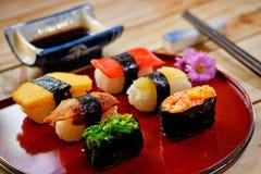 Traditionelles japanisches Lebensmittel machen mit rohen Fischen Lizenzfreie Stockfotografie