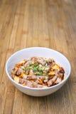Traditionelles japanisches Lebensmittel, Oyakodon und Reis in einer Schüssel (Huhn Stockbild