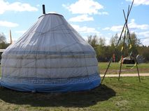 Traditionelles kasachisches Yurt, klarer sonniger Tag im Sommer stockfotografie