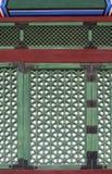 Traditionelles koreanisches Muster auf dem Fenster Stockfotos