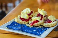 Traditionelles kornisches Gebäck: Scones mit Erdbeermarmelade lizenzfreies stockbild