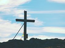 Traditionelles Kreuz an der Gebirgsspitze in der Alpe Quermonument zu den toten Bergsteigern Stockfotografie