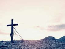 Traditionelles Kreuz an der Gebirgsspitze in der Alpe Quermonument zu den toten Bergsteigern Lizenzfreie Stockfotos
