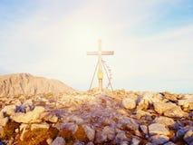 Traditionelles Kreuz an der Gebirgsspitze in der Alpe Quermonument zu den toten Bergsteigern Lizenzfreies Stockbild