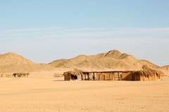 Traditionelles ländliches afrikanisches Schilf und decken Hütte mit Stroh Lizenzfreies Stockbild