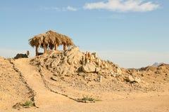 Traditionelles ländliches afrikanisches Schilf und decken Hütte mit Stroh Lizenzfreies Stockfoto