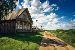 Traditionelles ländliches Haus in Russland Stockbild