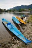 Traditionelles Laos longtail Boot bei Vang Vieng, Laos lizenzfreie stockfotos