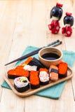 Traditionelles Lebensmittel der japanischen Sushi auf hölzerner Platte Lizenzfreie Stockfotos