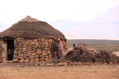 Traditionelles Lesotho-Haus und -leute Lizenzfreies Stockbild