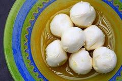 Traditionelles libanesisches Lebensmittel: Ziegenkäsebälle im Olivenöl Stockfotos