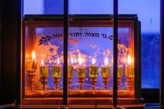 Traditionelles Menorah (Chanukka-Lampe) mit Olivenölkerzen Lizenzfreies Stockfoto