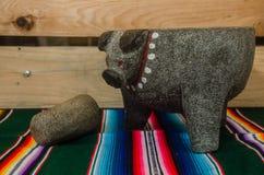 Traditionelles mexikanisches molcajete und tejolote lizenzfreie stockbilder
