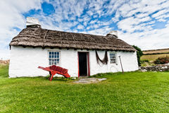 Traditionelles mit Stroh gedecktes Häuschen stockbild