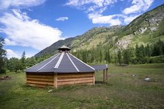 Traditionelles mongolisches tragbares rundes Zelt Ger bedeckt mit weißer äußerer Abdeckung in Altai-Bergen von West-Mongolei lizenzfreies stockbild
