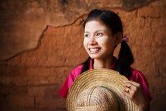 Traditionelles Myanmar-Mädchen, das weg schaut. Lizenzfreies Stockfoto