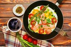 Traditionelles nahrhaftes Frühstück mit Spiegeleiern und Kaffee Stockbild