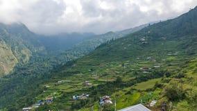 Traditionelles nepalesisches Dorf in den Bergen stockbild