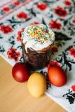 Traditionelles Ostern-Kuchen kulich ukrainische Art mit farbigen Eiern auf gemaltem Tuch stockbild