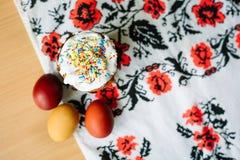 Traditionelles Ostern-Kuchen kulich ukrainische Art mit farbigen Eiern auf gemaltem Tuch stockbilder