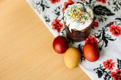 Traditionelles Ostern-Kuchen kulich ukrainische Art mit farbigen Eiern auf gemaltem Tuch lizenzfreie stockbilder