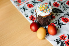 Traditionelles Ostern-Kuchen kulich ukrainische Art mit farbigen Eiern auf gemaltem Tuch stockfoto