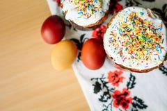 Traditionelles Ostern-Kuchen kulich ukrainische Art mit farbigen Eiern auf gemaltem Tuch lizenzfreies stockbild