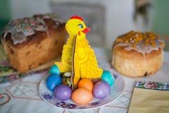 Traditionelles Ostern-Kuchen kulich ukrainische russische Art mit farbigen Eiern auf Tabelle Lizenzfreie Stockbilder
