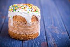 Traditionelles Ostern-Kuchen kulich ukrainischer Russe auf hölzernem Hintergrund Lizenzfreies Stockfoto