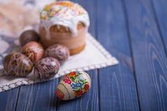 Traditionelles Ostern-Kuchen kulich ukrainischer Russe mit farbigen Eiern Stockbild