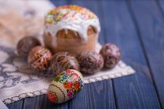 Traditionelles Ostern-Kuchen kulich ukrainischer Russe mit farbigen Eiern Stockfotografie