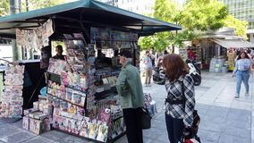 Traditionelles Periptera oder Kiosk in zentralem Athen, Griechenland stock footage