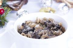 Traditionelles polnisches Sauerkraut mit Pilzen Stockbild
