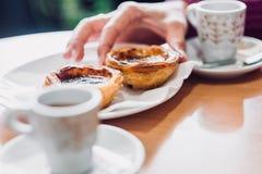 Traditionelles portugiesisches Gebäck und Kaffee Lizenzfreie Stockfotografie