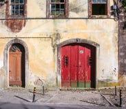 Traditionelles portugiesisches Haus mit roter Tür Lizenzfreie Stockfotografie
