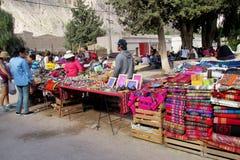 Traditionelles quechua buntes textil verkaufte am Markt lizenzfreies stockfoto