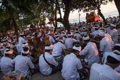 Traditionelles Ritual von Balineseleuten führte am Strand durch Lizenzfreie Stockfotos