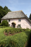 Traditionelles rosafarbenes gemaltes englisches Häuschen Lizenzfreies Stockbild