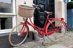 Traditionelles rotes dänisches Fahrrad Stockfotografie