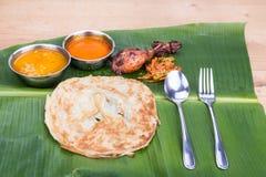Traditionelles roti prata diente auf Bananenblatt mit dem dhal Curry Stockfotografie
