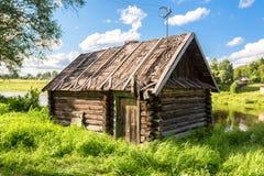 Traditionelles russisches altes hölzernes Bad in der Bank von Fluss Stockfotografie