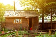 Traditionelles russisches altes hölzernes Bad vom Rahmen nahe Kiefer im Sommer lizenzfreies stockfoto