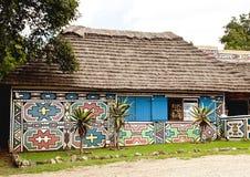 Traditionelles südafrikanisches gemaltes Haus Stockfotos