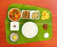 Traditionelles südlich-indisches Mittagessen auf Bananenblatt Lizenzfreie Stockfotos